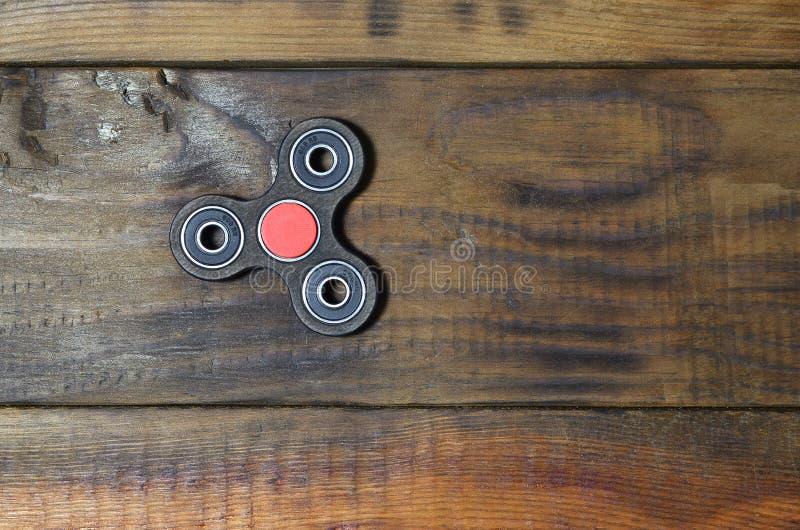 普遍的手指锭床工人设备 现代在轴承的坐立不安转动的玩具 转动它在手上 免版税库存图片