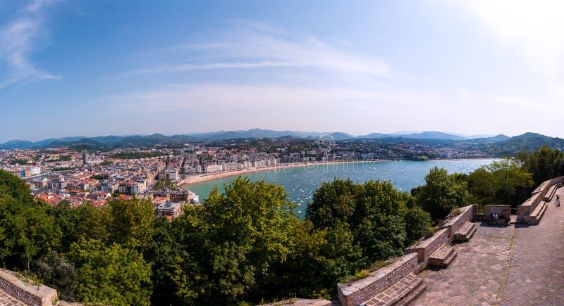 普遍的旅游城市圣塞瓦斯蒂安,西班牙鸟瞰图  免版税库存图片
