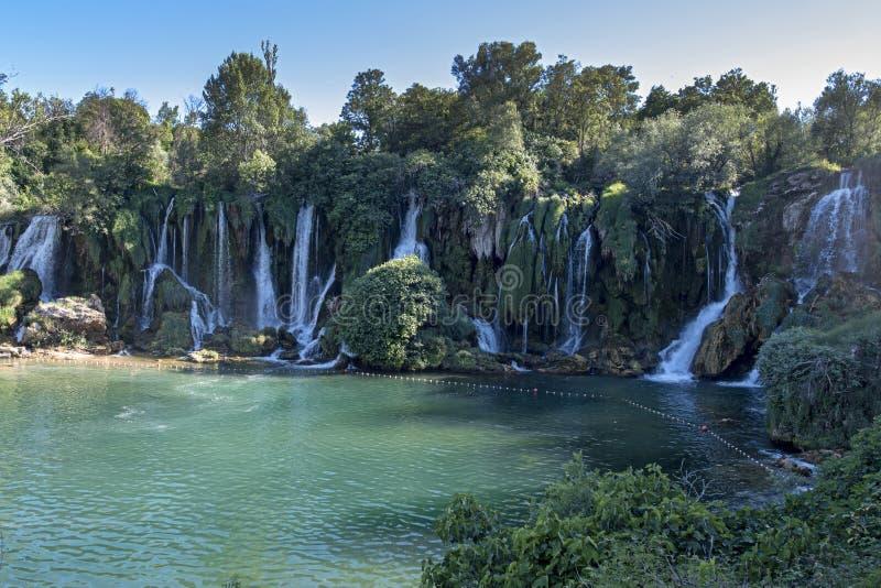 普遍的游人Kravica瀑布是在TrebiÅ ¾的大凝灰岩小瀑布在河,在黑塞哥维那的岩溶的中心区域  库存照片