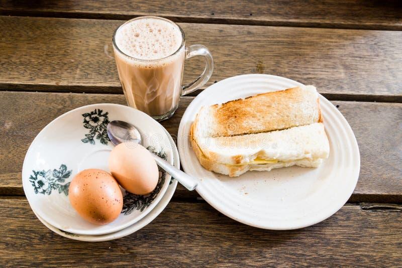 普遍的马来西亚早餐塔利克、多士面包和半煮沸 库存照片
