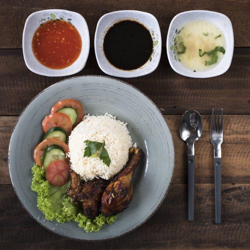 普遍的马来西亚盘Nasi Ayam或鸡米 免版税库存照片