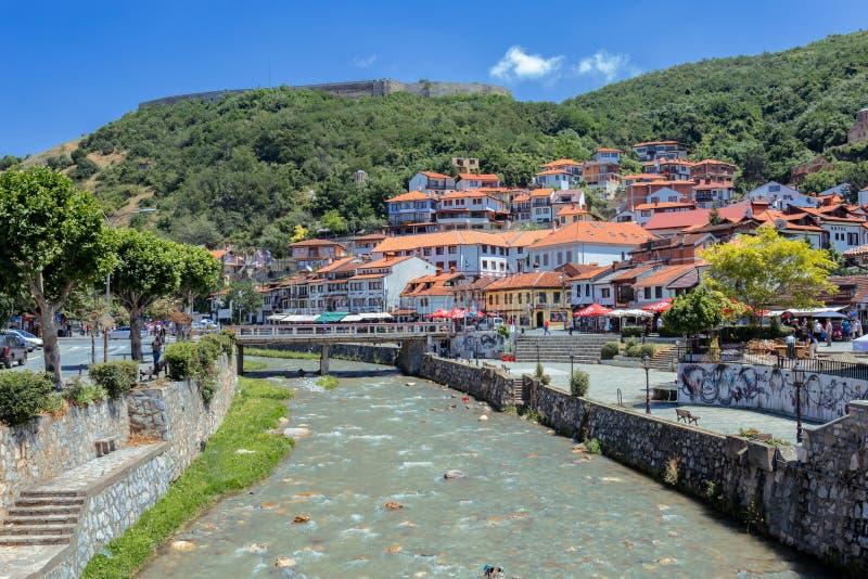 普里兹伦,科索沃 — 2019年6月,比斯特里察河穿过普里兹伦,1144山上的卡拉亚要塞 库存照片