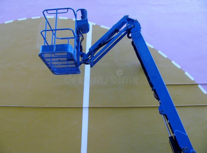 景气推力 蓝色高的工作桶平台,明确表达的弯曲的胳膊 图库摄影