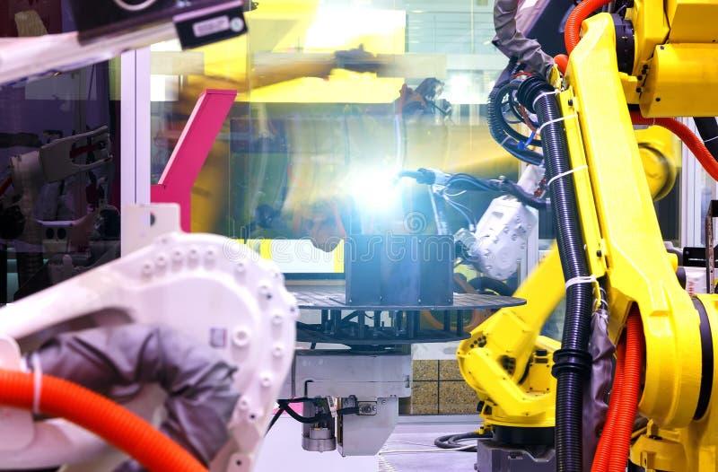 景深迷离工厂4 红颜色的词位于在白色颜色文本 在聪明的仓储系统的产业机器人制造工厂的 库存图片