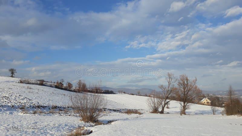 晴天蓝天的风景房子 免版税图库摄影