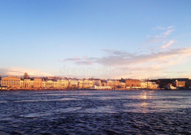 晴天,涅瓦河,圣彼德堡,俄罗斯 免版税库存图片