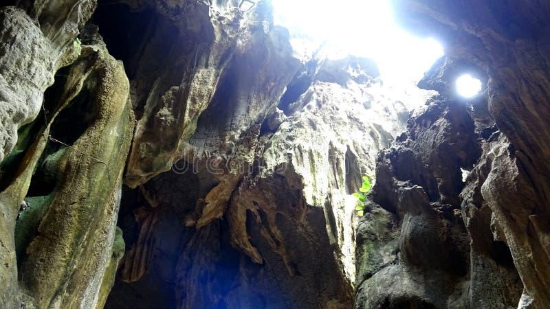 晴朗的光亮的石灰石洞魔术 免版税库存照片