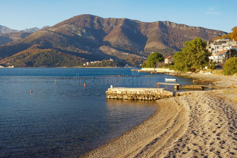 晴朗的冬日 E 黑山,科托尔湾看法在蒂瓦特市附近的 图库摄影