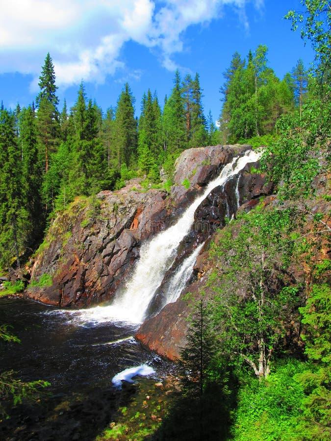 晴朗的夏日和瀑布,Hepoköngäs,芬兰 图库摄影