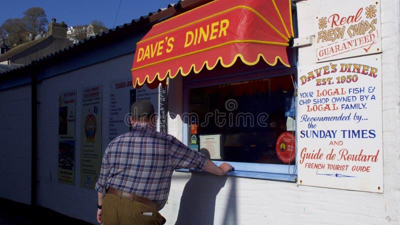 晴朗的天气的一家真正的鱼&芯片商店在英国 库存照片