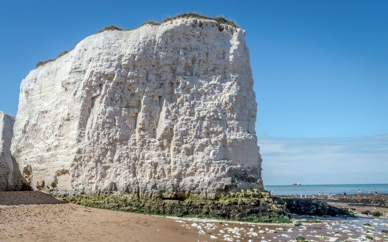 晴朗的天气给植物学海湾海滩带来游人和访客在Broadstairs肯特附近享受海滩波浪和夏天阳光 免版税库存图片