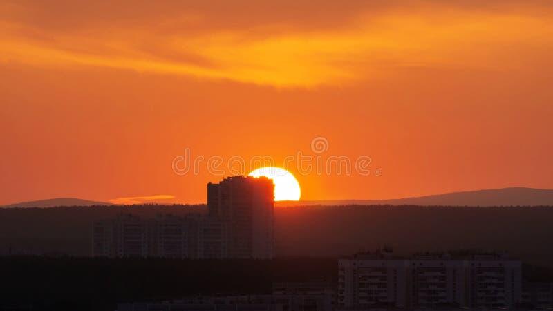 晴朗的天气,夕阳在山上 图库摄影