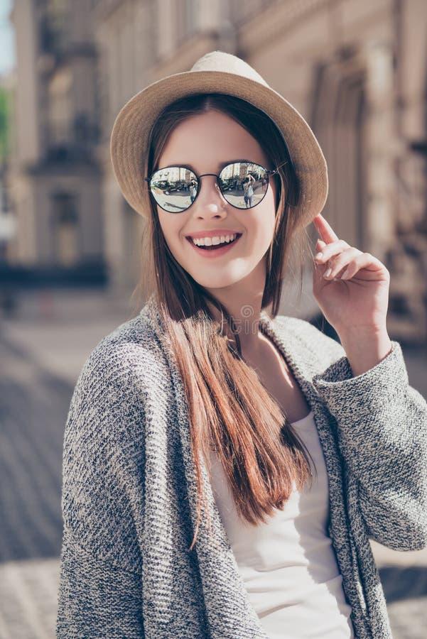 晴朗的春天心情 关闭mirr的年轻俏丽的微笑的女孩 库存图片