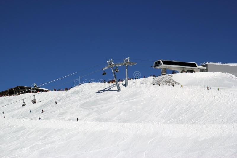 晴朗的滑雪倾斜多雪 库存照片