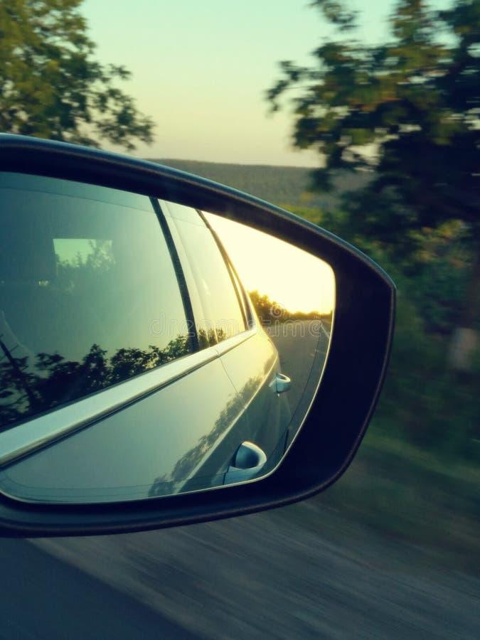 晴朗的路的反射在汽车边mirrow的 背面图mirro 免版税库存照片