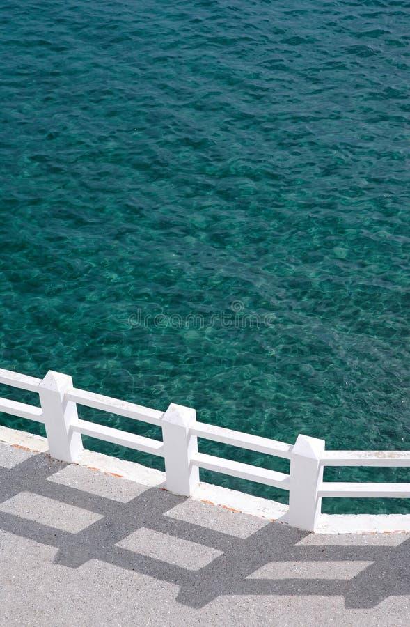 晴朗绿色散步的海运 免版税库存图片