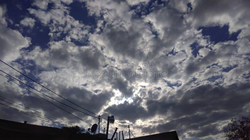 晴朗蓝色云彩下午的天空 免版税库存图片