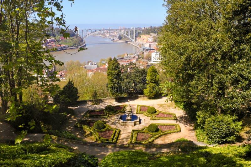 从水晶宫的美丽的景色在波尔图从事园艺 库存图片