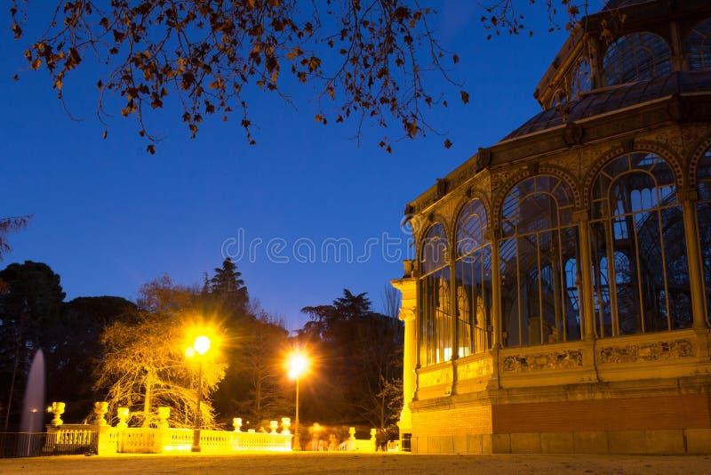 水晶宫 天使划分为的马德里公园retiro西班牙雕象 库存图片