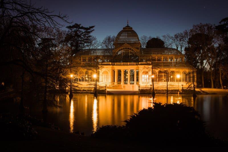 水晶宫 天使划分为的马德里公园retiro西班牙雕象 免版税库存照片