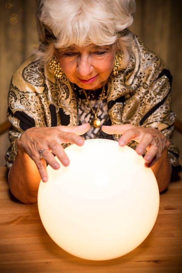 从水晶球的预测未来 免版税库存图片
