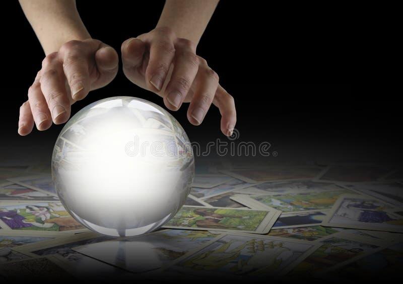 水晶球读书和占卜用的纸牌 免版税图库摄影