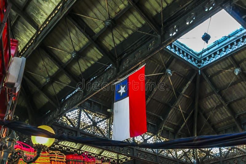 智利的国旗在市场天花板垂悬在圣地亚哥 免版税库存图片
