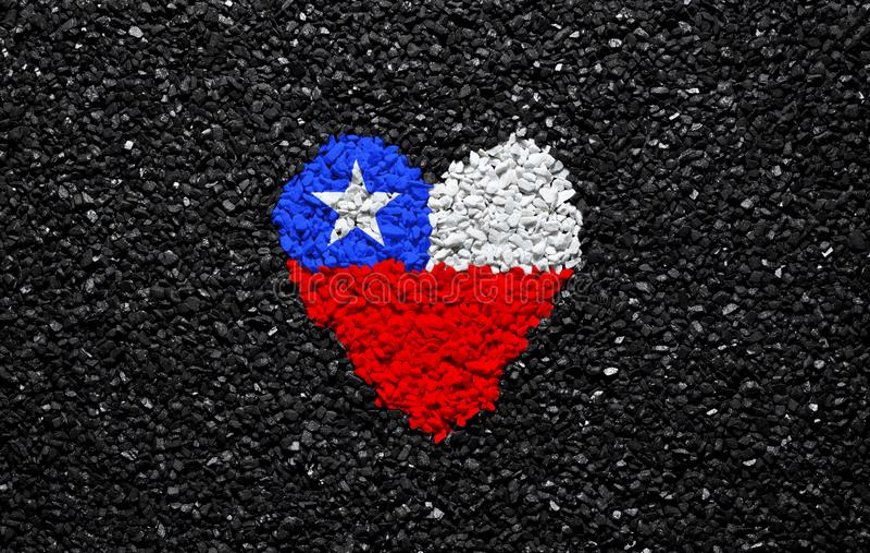 智利的旗子,智利旗子、心脏在黑背景,石头、石渣和木瓦,墙纸 免版税库存照片