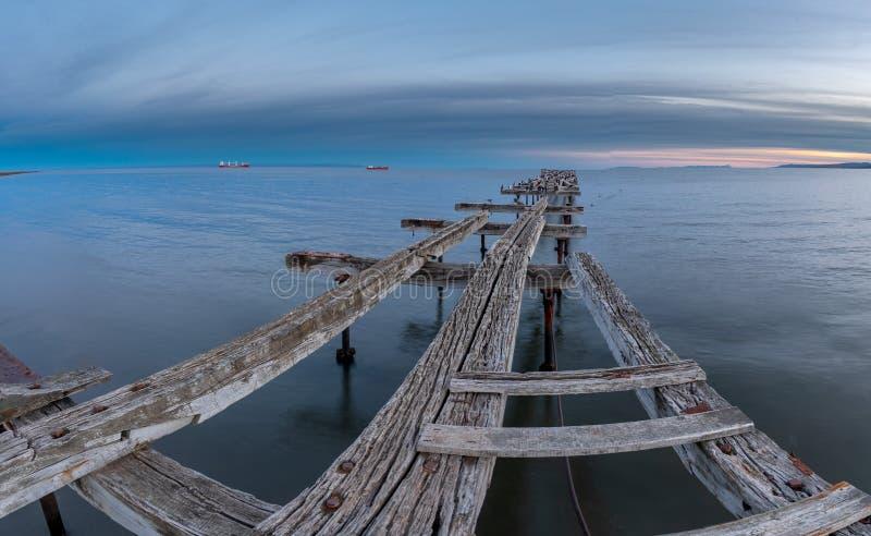 智利蓬塔阿雷纳斯洛雷托码头桥 免版税库存照片