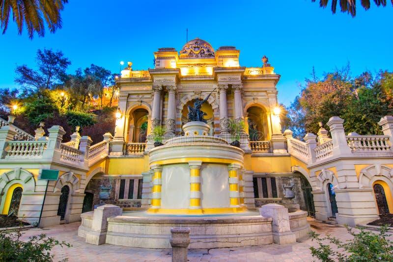 智利,圣地亚哥夜视图海王星喷泉,圣诞老人露西娅小山 库存照片