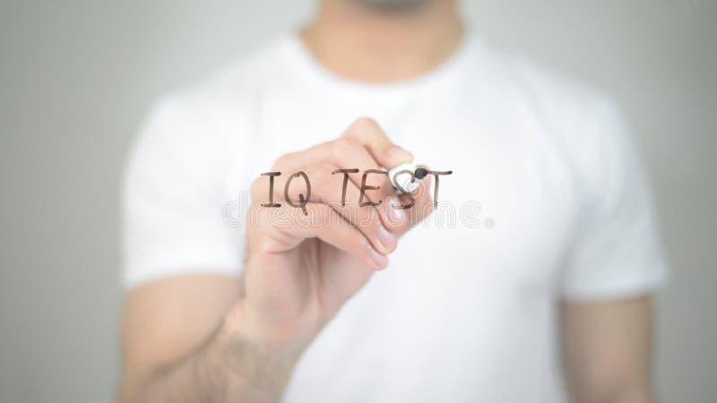智商测试,供以人员在透明屏幕上的文字 库存图片