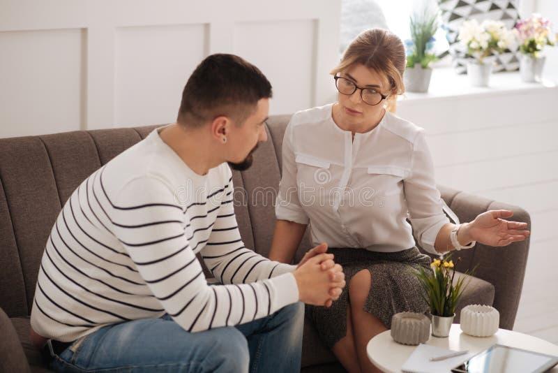智能专家心理学家谈话与她的患者 免版税库存图片
