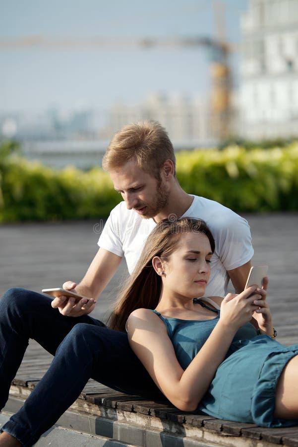 智能手机上瘾者 免版税库存照片