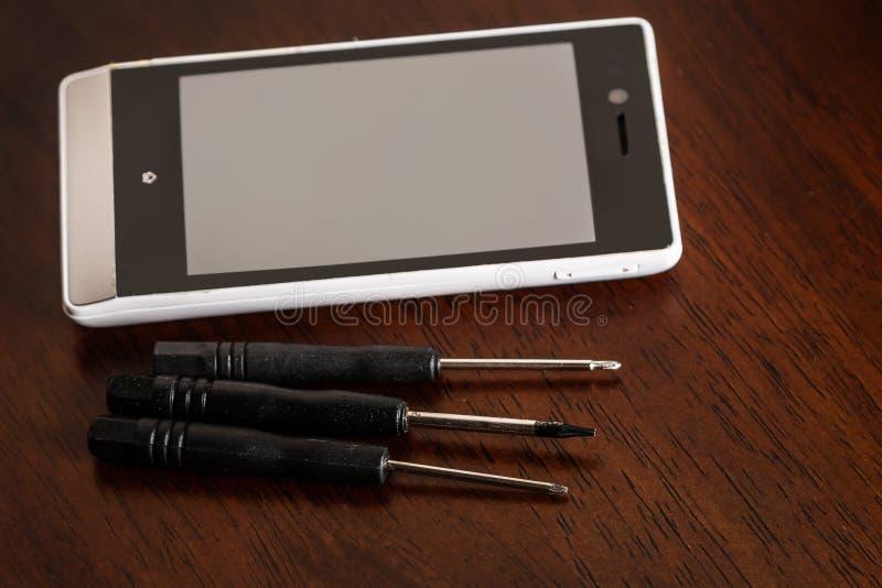 智能手机和小螺丝刀 库存照片