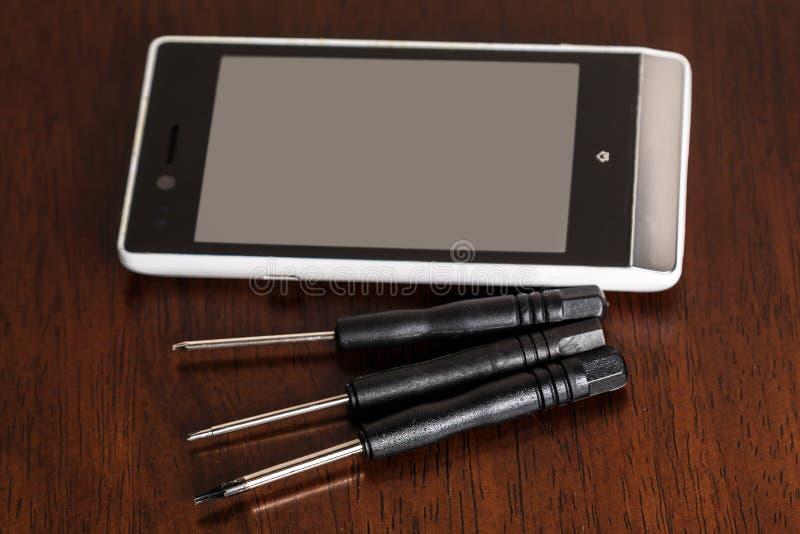 智能手机和小螺丝刀 免版税库存图片