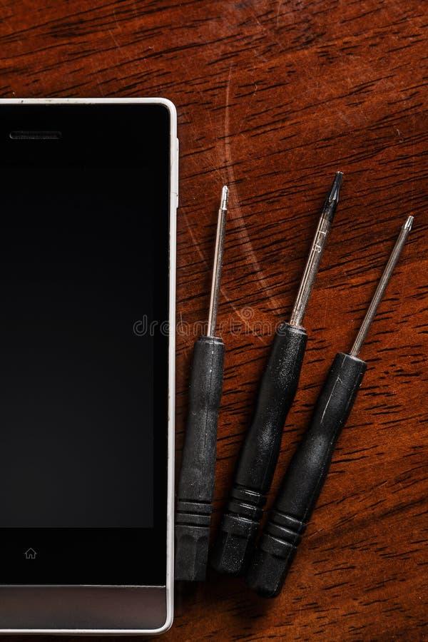 智能手机和小螺丝刀 免版税图库摄影