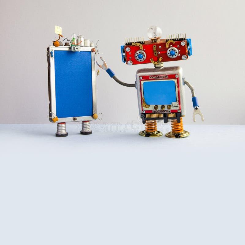 智能手机和红色顶头机器人助理 创造性的设计屏幕手机设备,电灯泡电容器sim 免版税图库摄影