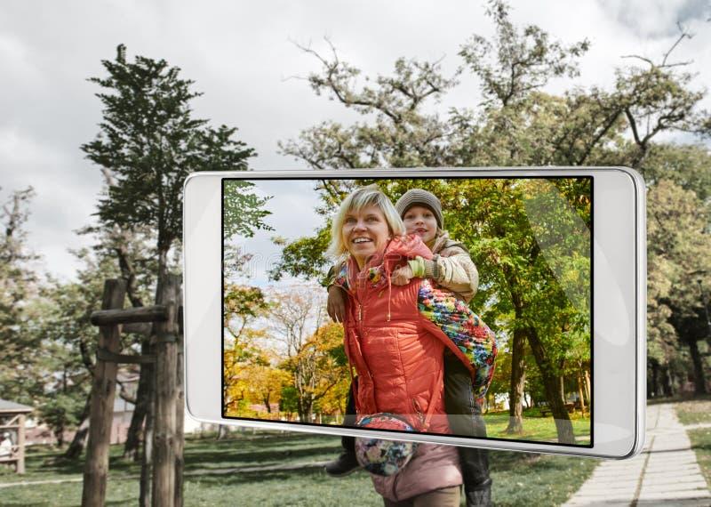 智能手机的框架的幸福家庭 免版税库存照片