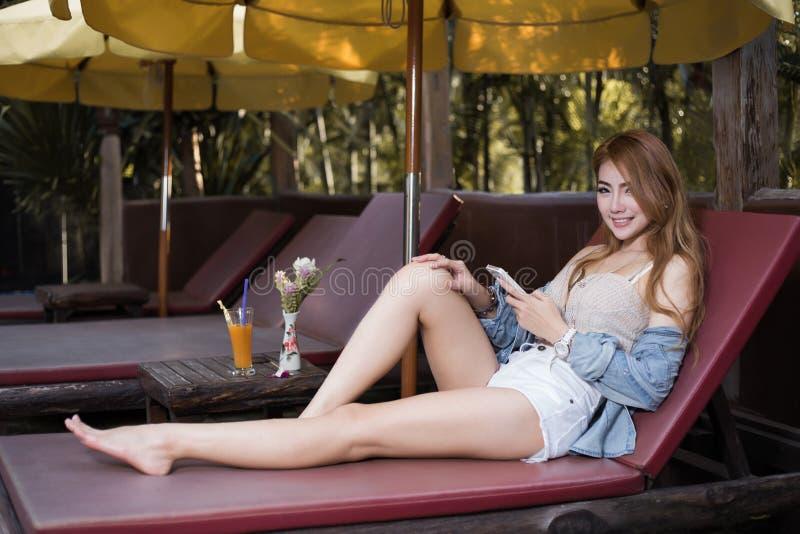 智能手机的美丽的女孩浏览互联网 库存照片