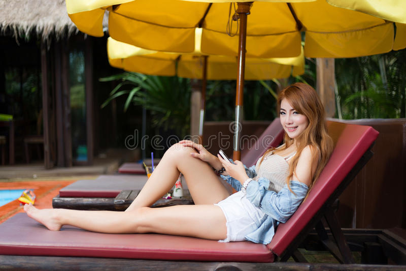 智能手机的美丽的女孩浏览互联网 库存图片