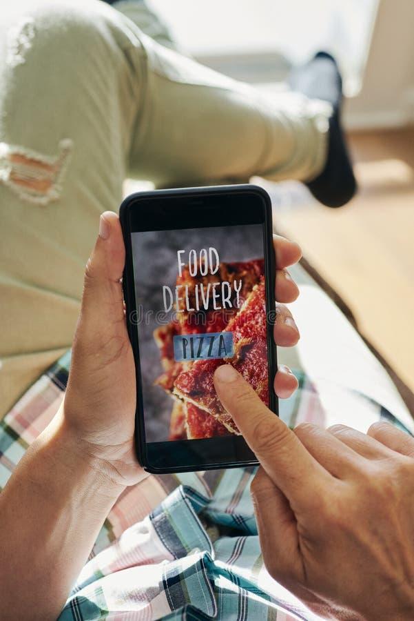 智能手机短信送餐披萨 免版税库存图片