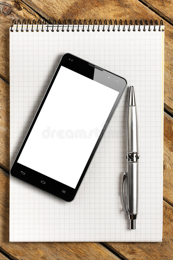 智能手机黑屏有笔的笔记本 图库摄影