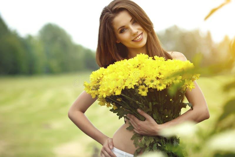 暂挂妇女黄色的花 图库摄影