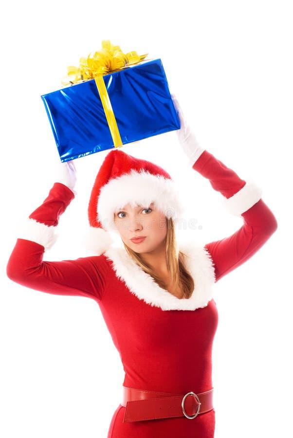暂挂当前俏丽的圣诞节女孩 免版税图库摄影