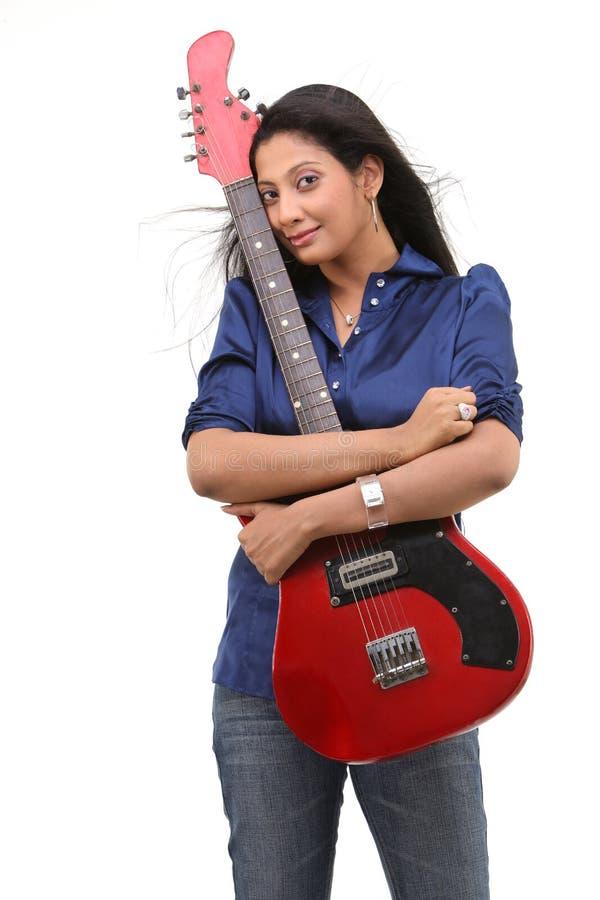 暂挂红色少年的女孩吉他 免版税库存图片
