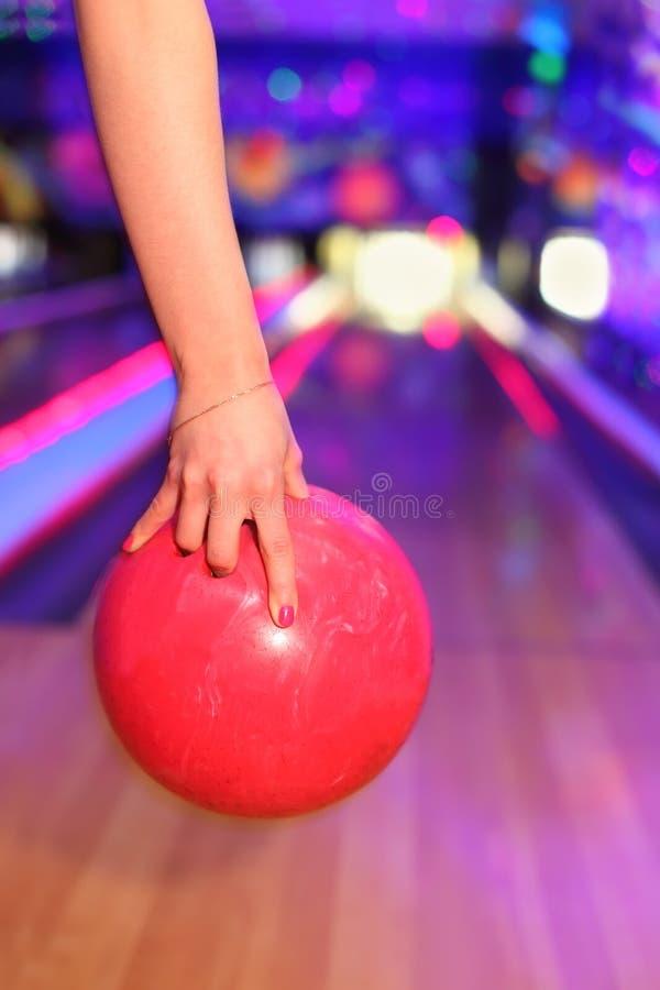 暂挂红色投掷的球女性现有量 免版税库存图片
