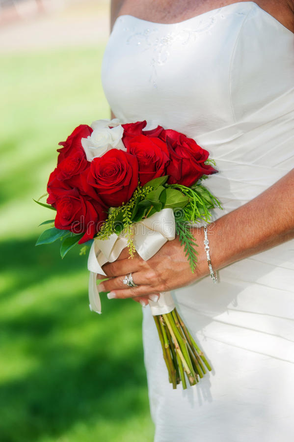 暂挂红色的花束新娘起来了