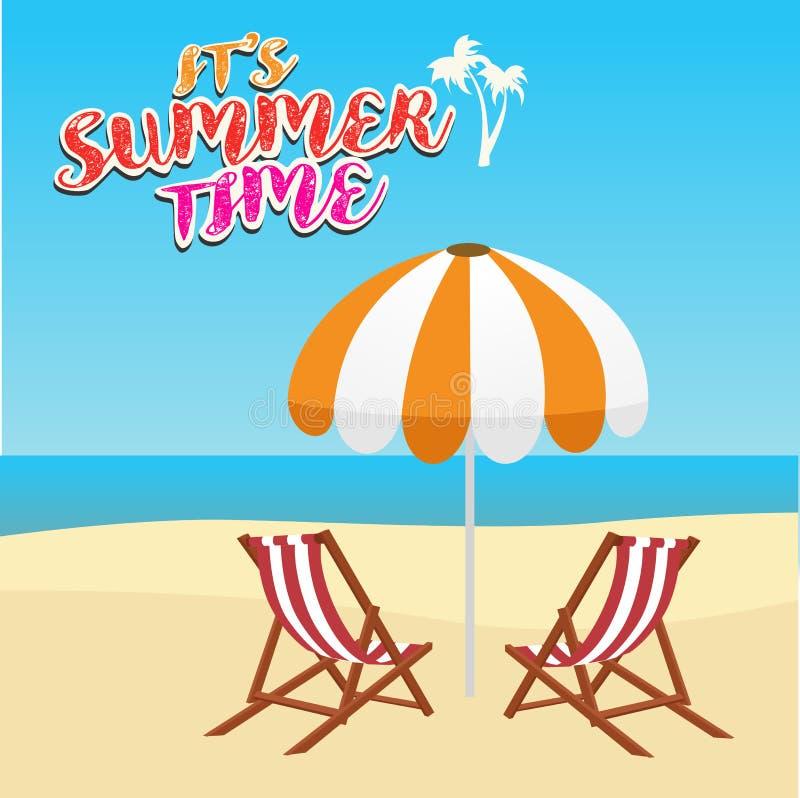 暑假、旅游业、旅行、假日和人概念、轻便折叠躺椅和伞在海滩 皇族释放例证