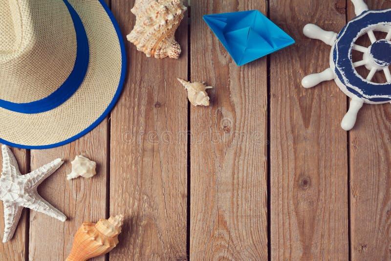 暑假与贝壳和纸小船的旅行背景 在视图之上 平的位置 免版税库存图片