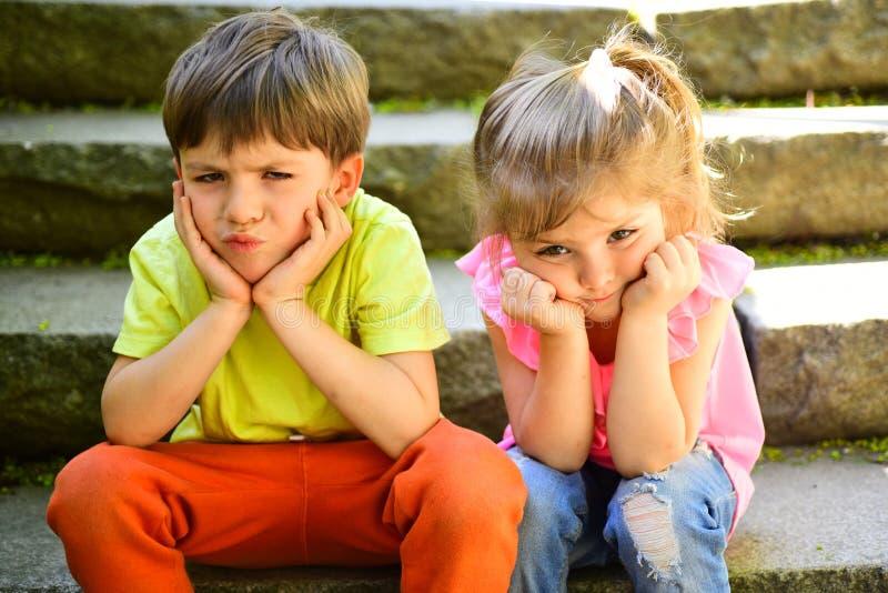 暑假假期 小孩夫妇  男孩和女孩 童年首先爱 最好的朋友,友谊和 库存照片